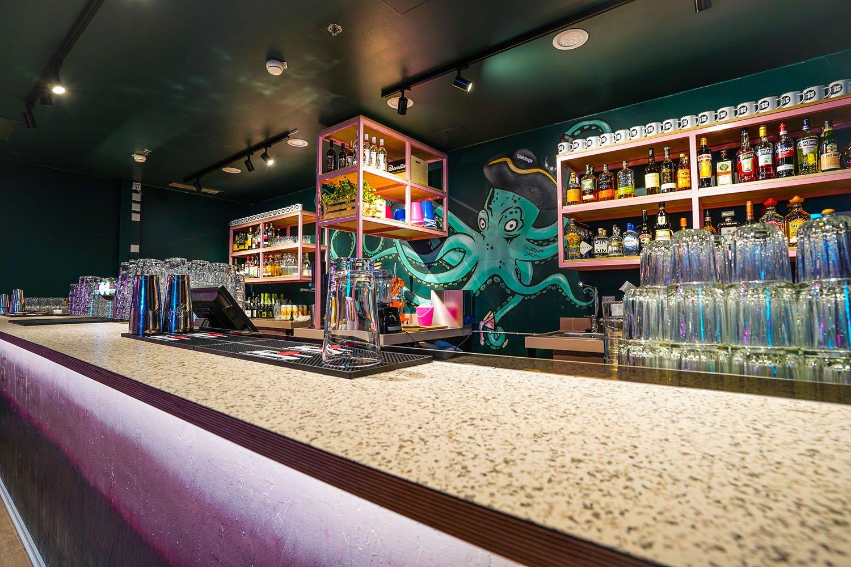 Tilavalokuva, jossa Tilastudio Sonja Aallon suunnittelema Bonker Moodcourt -ravintolasisustus