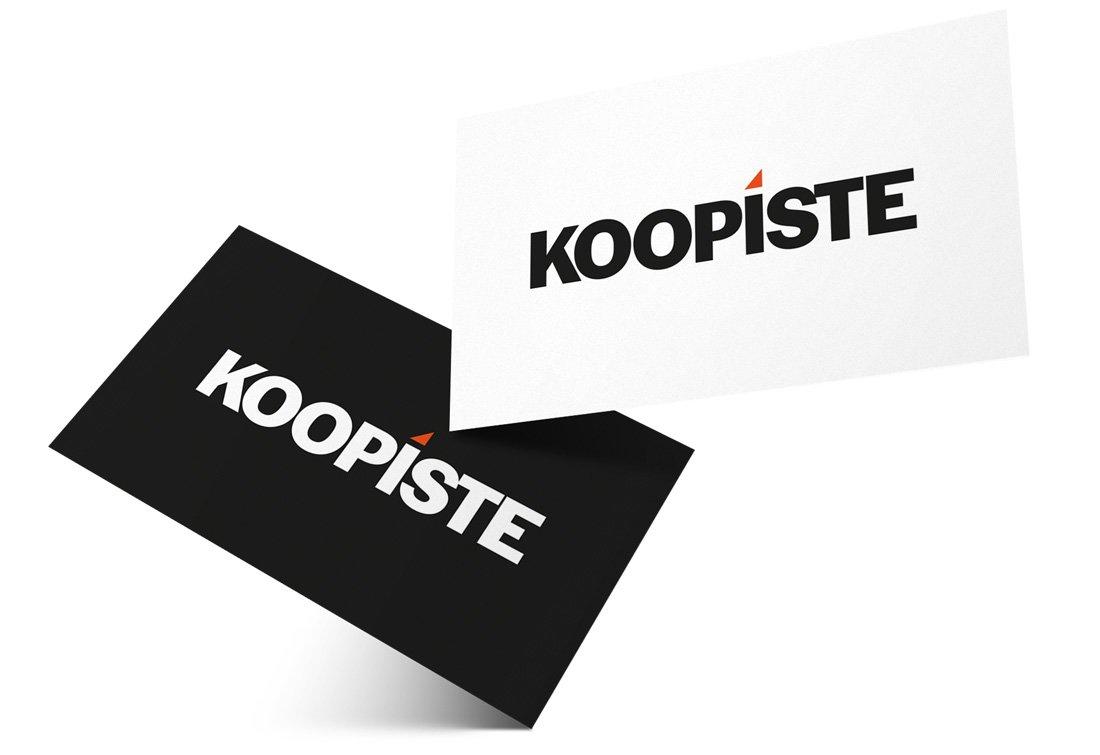 Kaksi käyntikorttia, joissa molemmissa Koopisteen logo