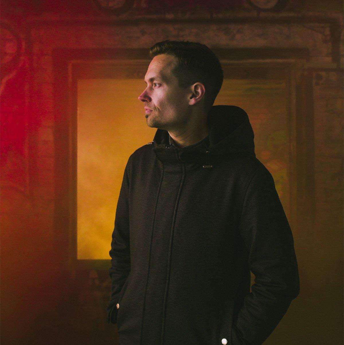 Henkilökuva Markkinointitoimisto TREILin yrittäjä Mikko Malisesta punaisen savun edessä