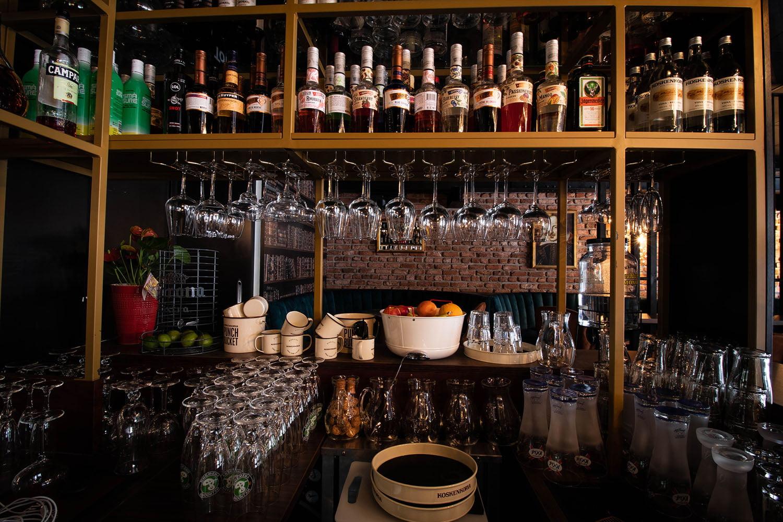Tilakuva Bar Prince Hamletista, jossa näkyy baaritiski, hylly ja pulloja