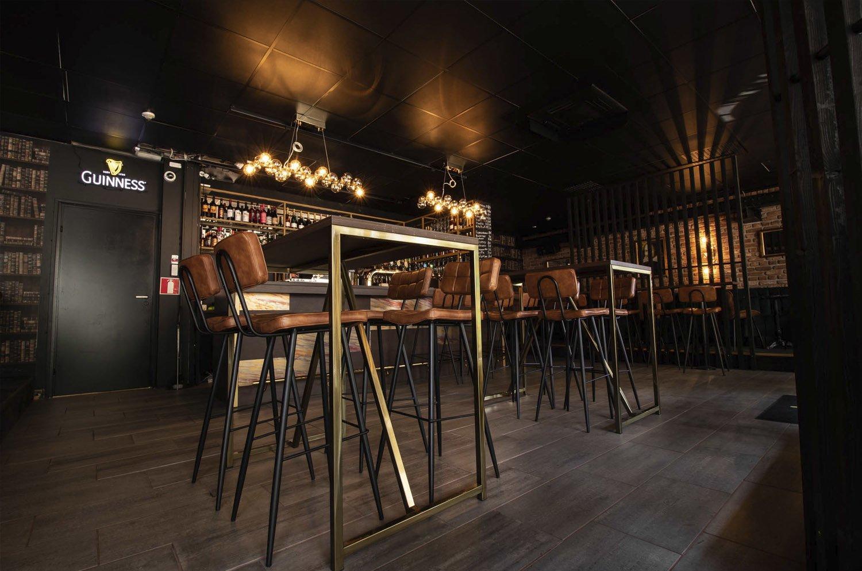 Tilakuva Bar Prince Hamletista, jossa näkyy koko pubi