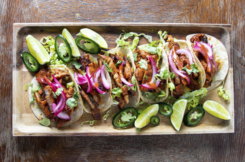Tuotevalokuva, jossa on Tacos 'n' Tequilas -ravintolan taco-annos ylhäältäpäin kuvattuna