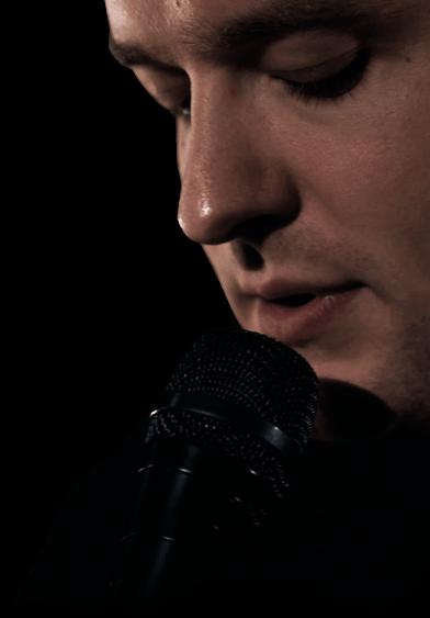 Topi Saha laulamassa mikrofoniin