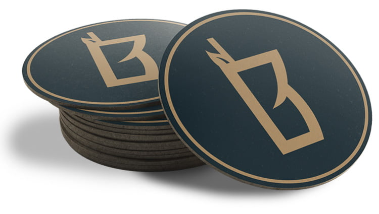 Behind Bars -yrityksen logolla varustettuja lasinalusia
